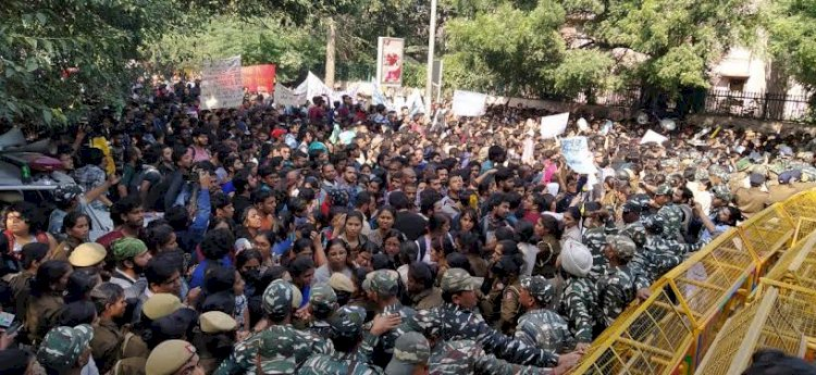 Police stopped JNU students protesting before Parliament in delhi