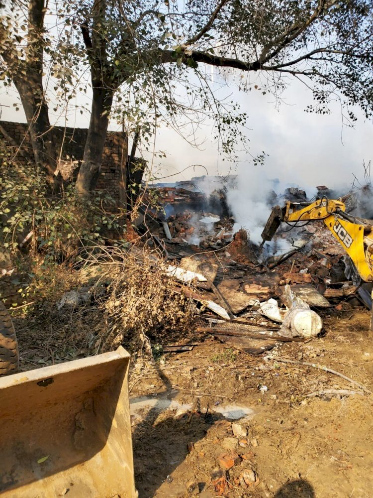 Fire breaks out  Delhi Peeragarhi factory leaves several trapped
