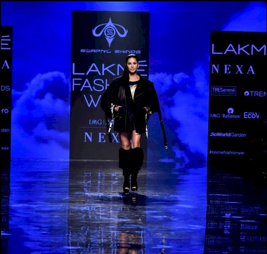 Sunny leone looks red-hot at LFW 2020
