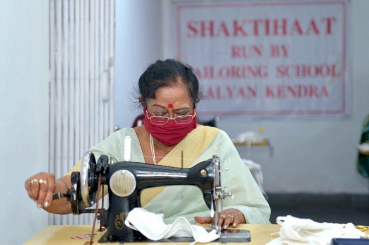 First Lady Savita Kovind stitches face masks for Delhi shelter homes.