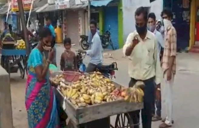 Tamil Nadu: Municipal Commissioner throws away vendors' fruits, veggies for flouting lockdown norms