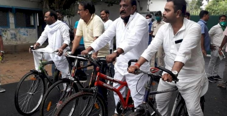 Social distancing goes for toss as RJD leaders protest fuel hike